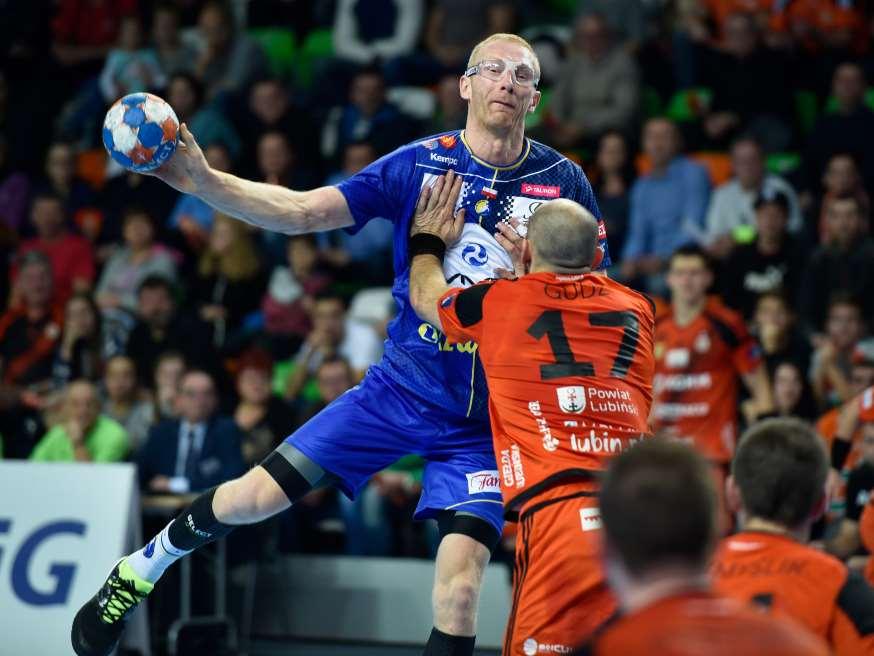 Karol Bielecki bliver tacklet