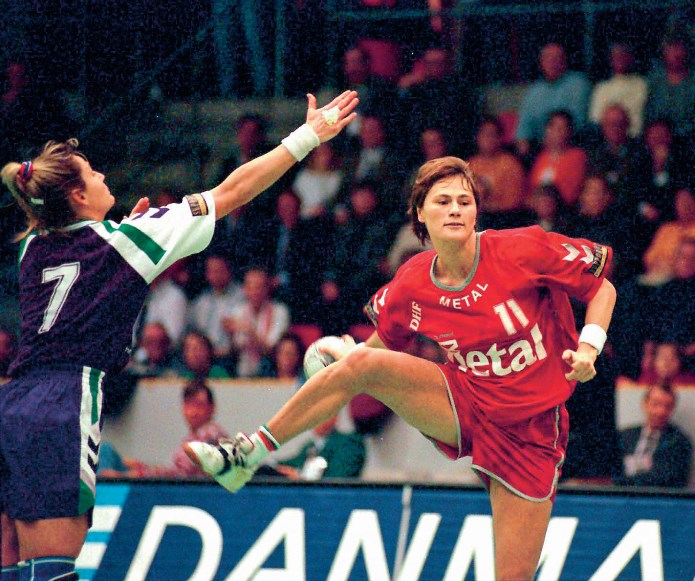 Håndboldspilleren Anja Andersen laver en finte i håndbold